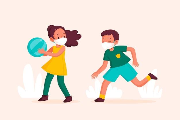 Crianças com máscara médica jogando