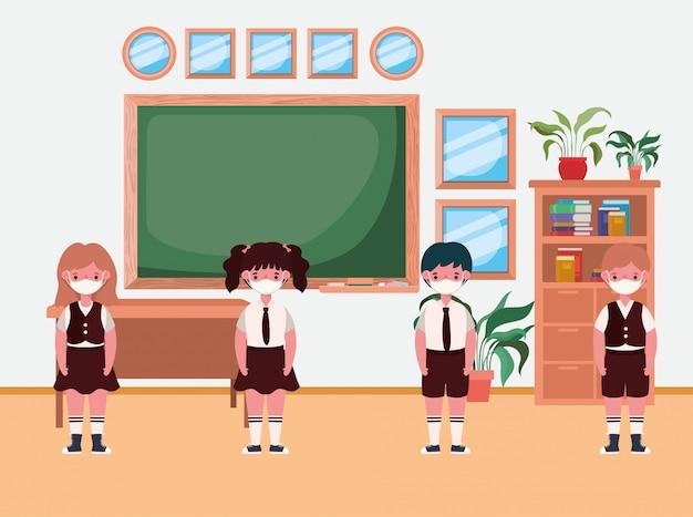 Crianças com máscaras na sala de aula na frente do quadro