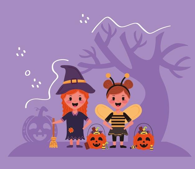 Crianças com personagens e árvores de fantasias de halloween