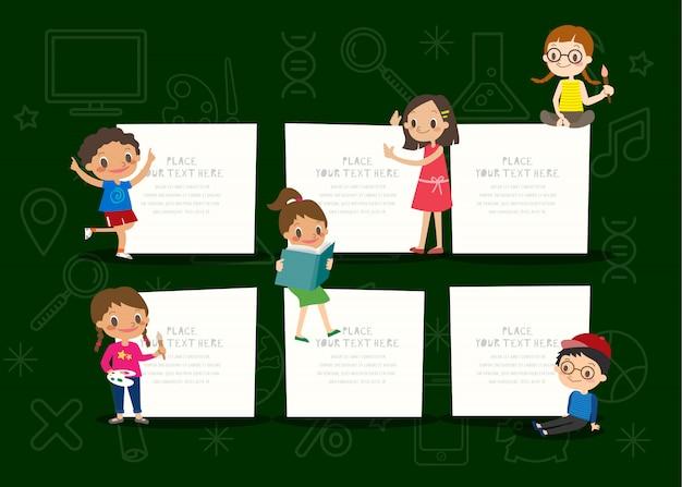 Crianças com placa de bloco de notas em branco