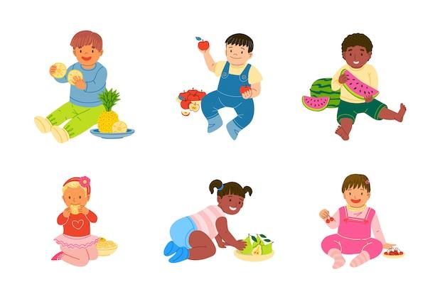 Crianças criança comendo e jogando frutas vector conjunto de ilustração