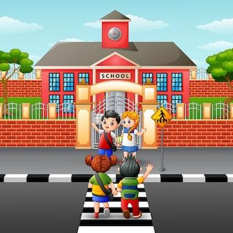Crianças, cruzando estrada