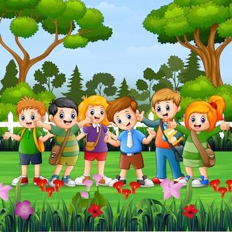 Crianças da escola felizes em pé no parque