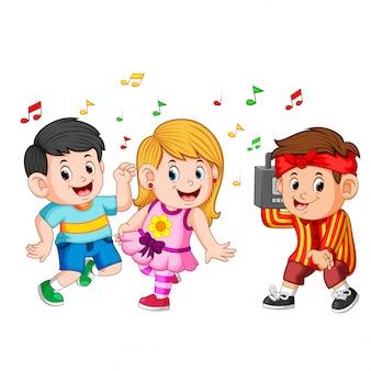 Crianças dançando de hip-hop e um garoto detém um gravador vintage