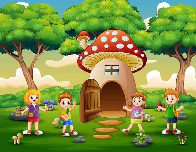 Crianças de escola felizes na casa da fantasia de cogumelo