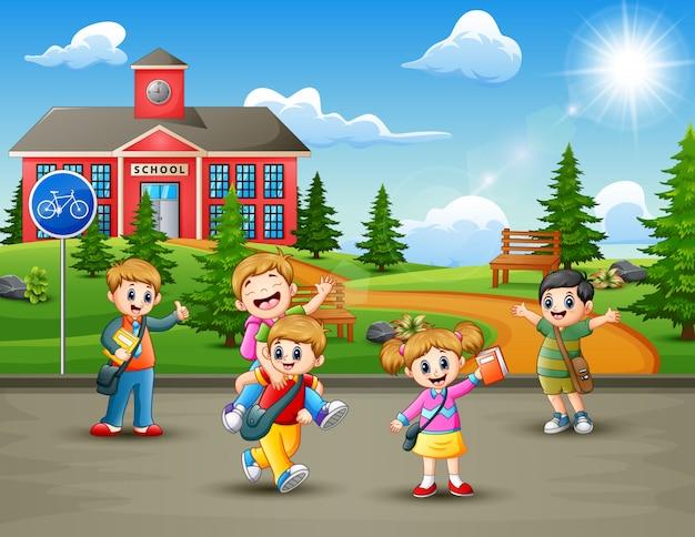 Crianças de escola felizes no caminho para a escola