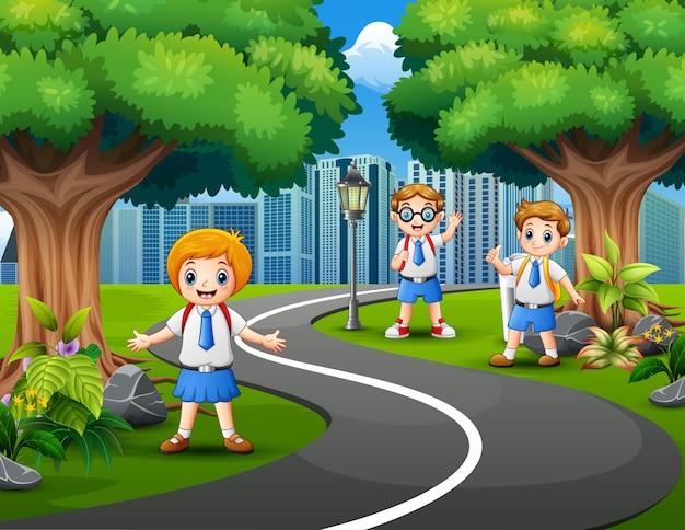 Crianças de escola felizes no parque da cidade