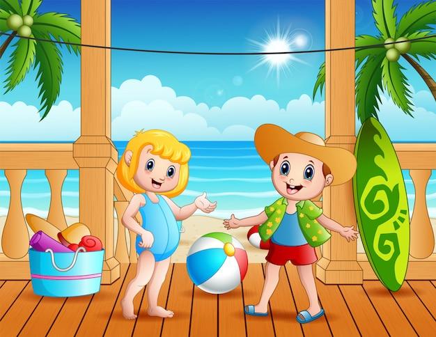 Crianças de férias de verão na praia
