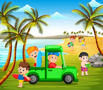Crianças de férias na praia usando o carro e jogando na costa