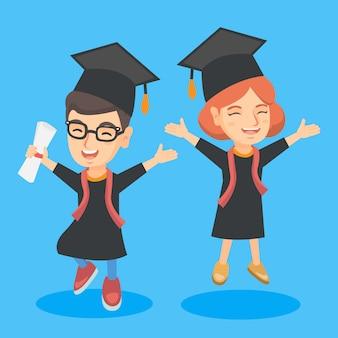 Crianças de formatura caucasiano com diploma comemorando