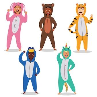 Crianças de pijama kigurumi. trajes infantis de carnaval. festa do pijama infantil. ilustração vetorial editável
