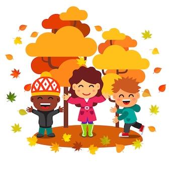 Crianças de raça mista se divertem e brincam com folhas