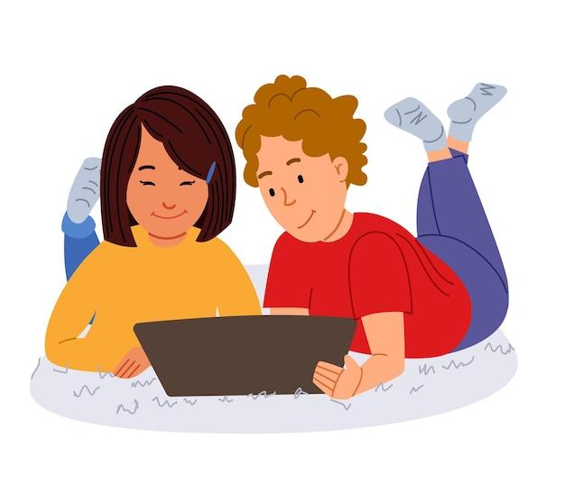 Crianças deitam-se no tapete com um tablet uma menina azat de cabelos escuros e um menino de cabelos claros