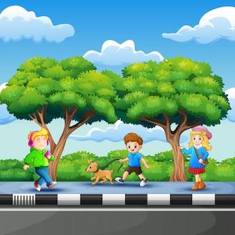Crianças, desfrutando, à margem estrada