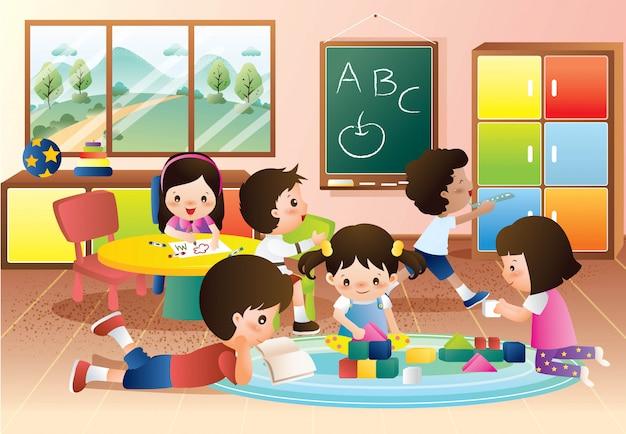 Crianças do jardim de infância brincando e aprendendo na classe