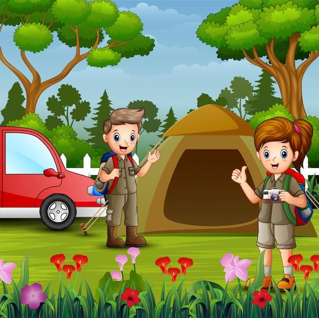 Crianças dos desenhos animados com roupa de explorador acampar na natureza