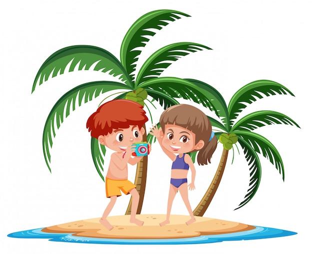 Crianças dos desenhos animados na ilha tropical, posando ao lado da prancha de surf