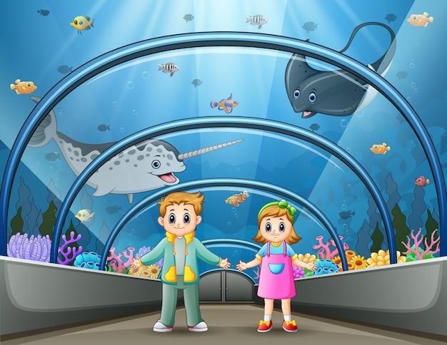 Crianças dos desenhos animados no parque aquário