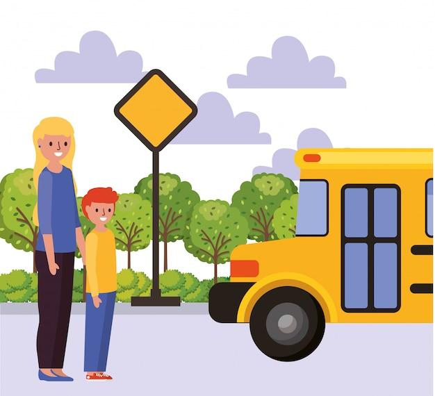 Crianças e mãe esperando ônibus escolar