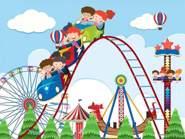 Crianças e passeios no parque de diversões