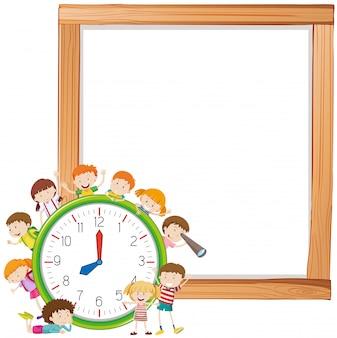 Crianças e relógio na nota copyspace