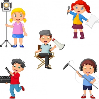 Crianças em diferentes funções de teatro, de diretor a ator, gaffer a operador de som