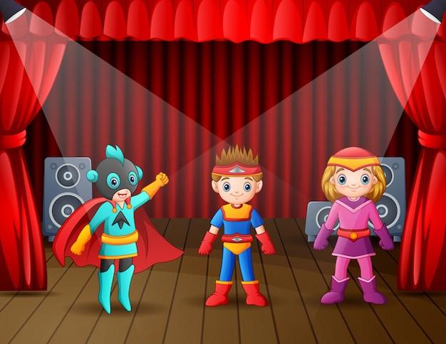 Crianças em fantasias de super-heróis se apresentando no palco