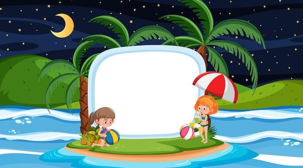Crianças em férias na cena noturna da praia com um modelo de banner vazio