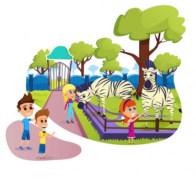 Crianças em idade escolar alimentando e acariciando zebras no zoológico