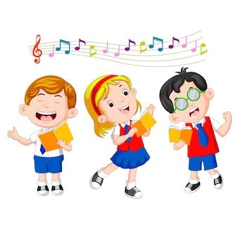 Crianças em idade escolar cantando