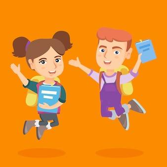Crianças em idade escolar com livros e mochilas pulando.