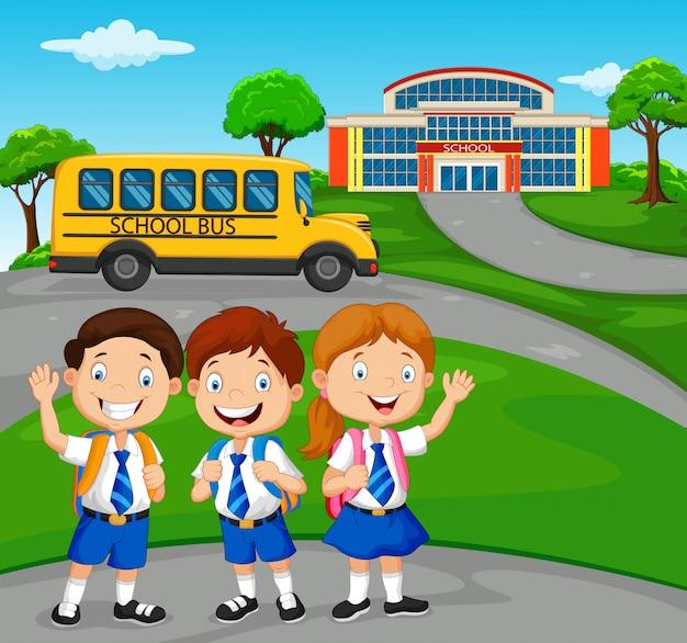 Crianças em idade escolar felizes em frente à escola
