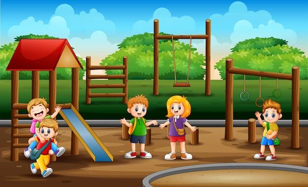 Crianças em idade escolar na cena do parque infantil