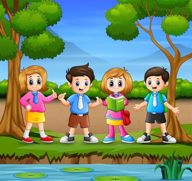 Crianças em idade escolar saindo na natureza