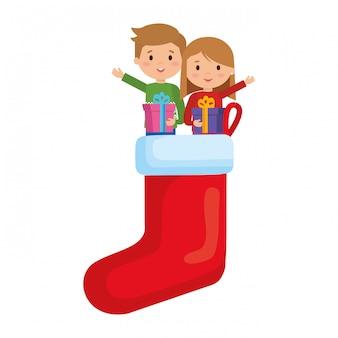 Crianças em meias com roupas de inverno e presentes