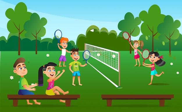 Crianças em pares jogando badminton no ar fresco.