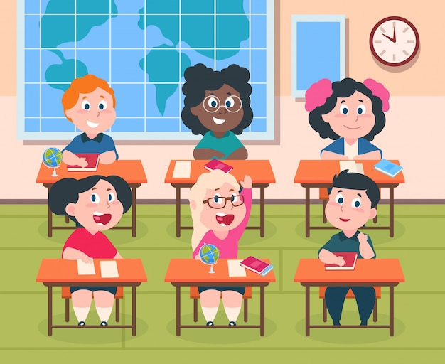 Crianças em sala de aula. crianças dos desenhos animados na escola estudando leitura e escrita, bonitos meninos e meninas felizes. personagens dos alunos. interior do ensino primário com mesa
