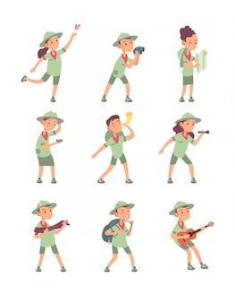 Crianças em trajes de escoteiro. escoteiros jovens meninos e meninas têm aventura no acampamento de verão. personagens de desenhos animados de crianças fofas