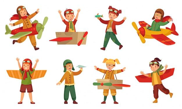 Crianças em trajes de piloto. asas de avião de brinquedo de papel, crianças adoráveis brincam com brinquedos de aviões e conjunto de modelagem de aeronaves de criança