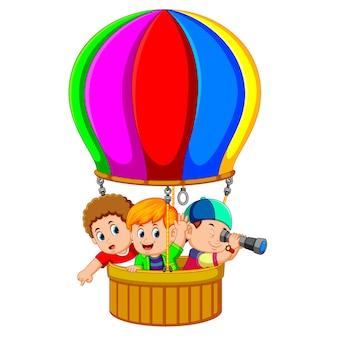Crianças em um balão