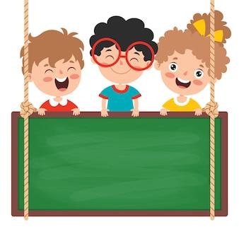 Crianças engraçadas com quadro negro vazio