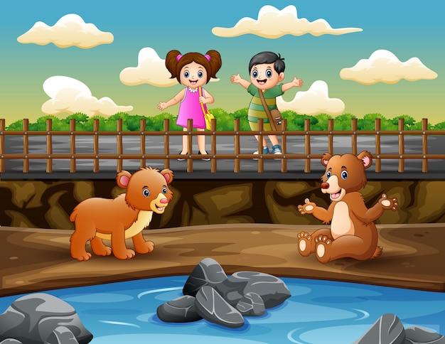 Crianças engraçadas estão olhando para os ursos