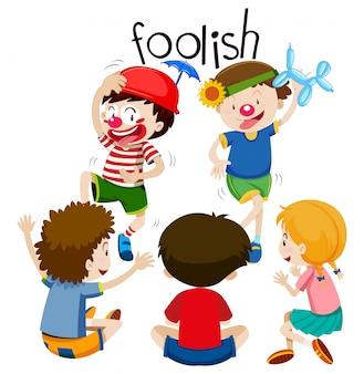 Crianças engraçadas sendo tola
