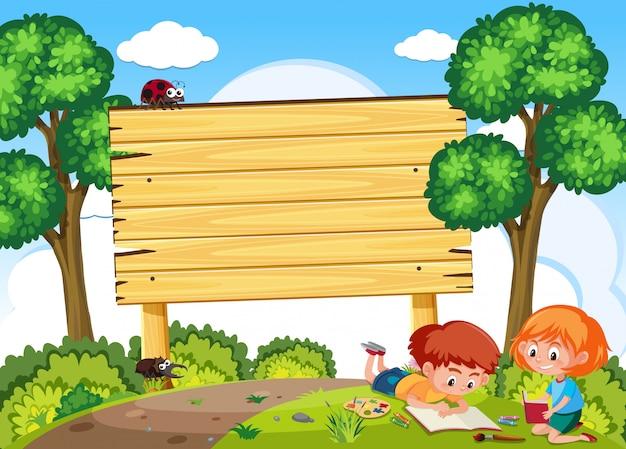 Crianças estudam na natureza e tabuleta
