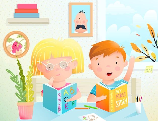 Crianças estudando na escola lendo livros sentados na mesa