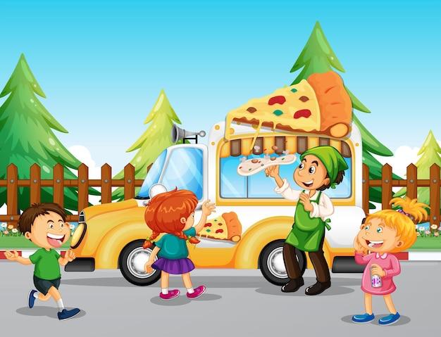 Crianças fazem fila no caminhão de pizza