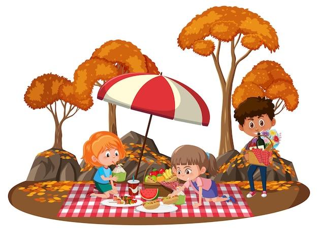 Crianças fazendo piquenique no parque com muitas árvores de outono