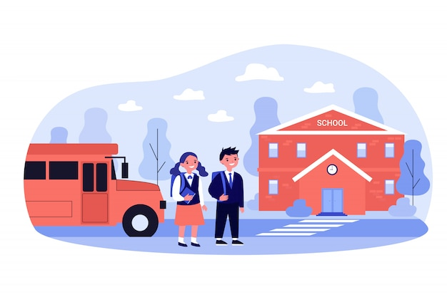 Crianças felizes andando de ônibus para a entrada da escola