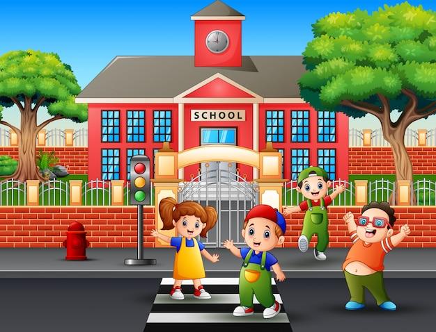 Crianças felizes, atravessando a rua
