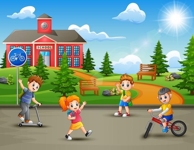 Crianças felizes brincando em frente ao prédio da escola
